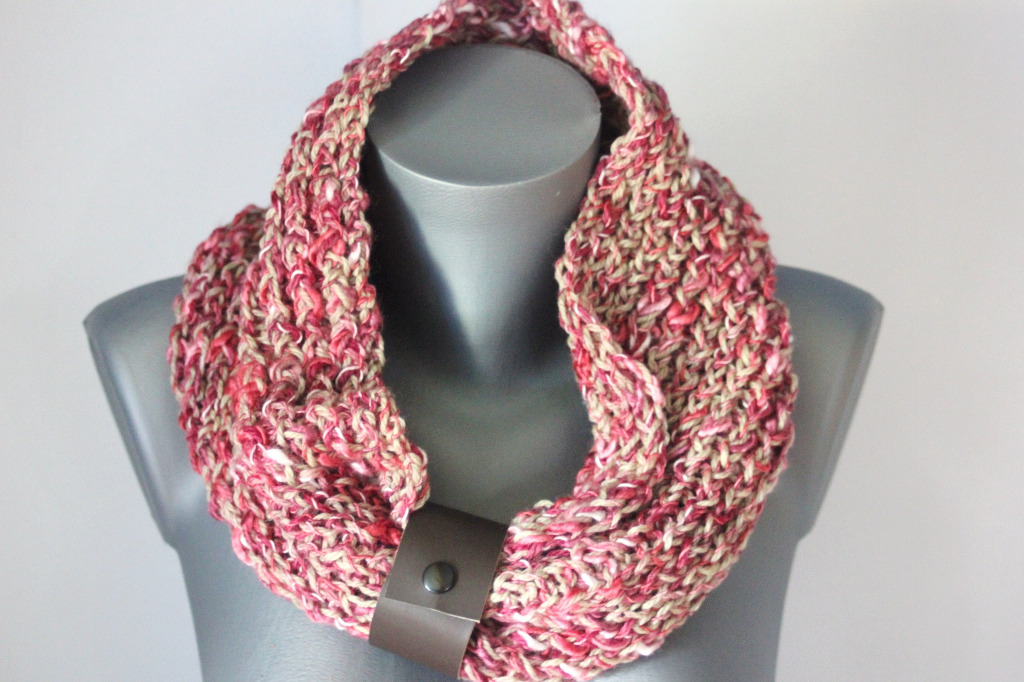 Snood en laine rose et beige lacet cuir marron