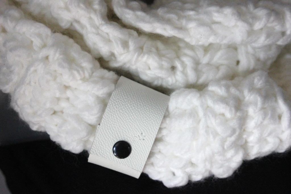 Snood laine blanche oversize et lacet cuir blanc - emmafashionstyle.fr 0f71a887c4a