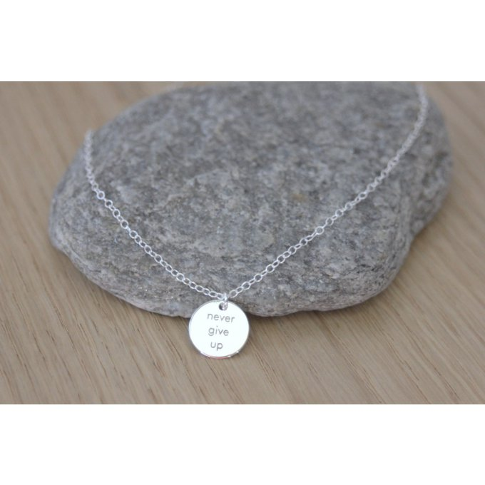 Collier argent médaille ronde gravée ~ Never give up ~