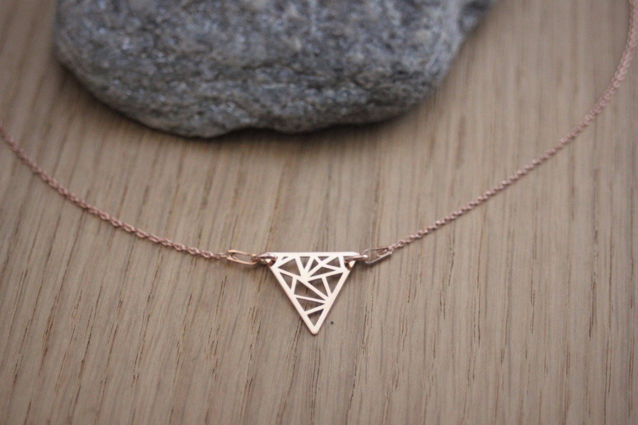 Collier or rose pendentif triangle graphique