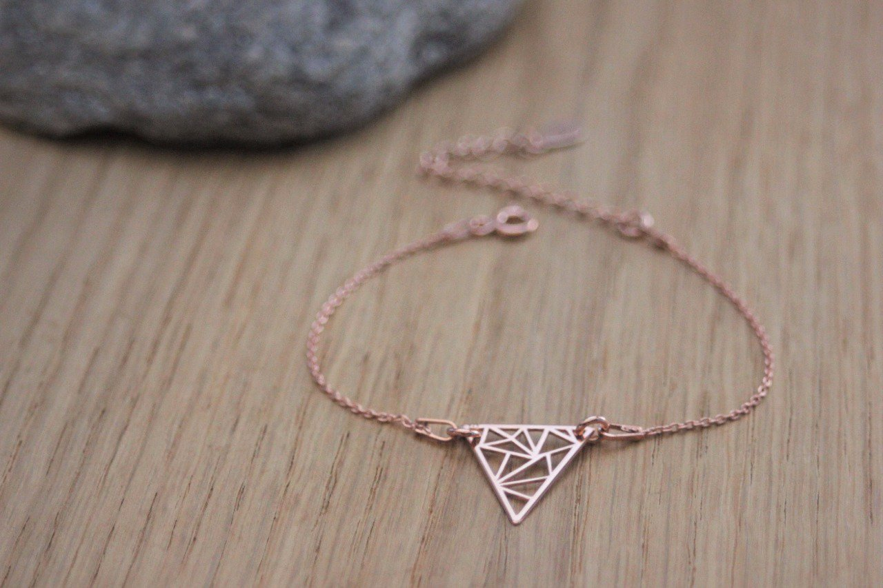 Bracelet or rose triangle graphique